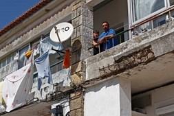 Varandas de acesso às casas em mau estado