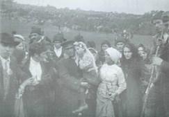 Jacinta a ser levada ao colo após o 'Milagre do Sol', de 1917