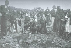 Multidão assiste ao 'Milagre do Sol', a 13 de outubro de 1917, na Cova da Iria.