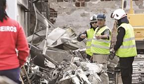 Investigadores no terreno a recolher indícios entre os destroços da avioneta