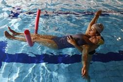 Na água, o peso do corpo é reduzido em 25%, facilitando os movimentos, com reais benefícios físicos mas também do ponto de vista mental