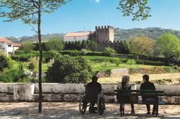 Vista geral sobre o castelo da Sertã, localizado numa encosta da vila
