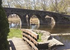 Acesso pedonal junto ao rio e à ponte romana