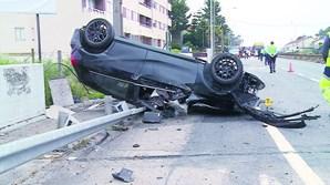 Automóveis envolvidos no acidente violento ficaram destruídos, na terça-feira de manhã, na Nacional 14, na Maia