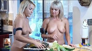 Jenny Scordamaglia [lado esquerdo] apresenta um programa de culinária enquanto se despe