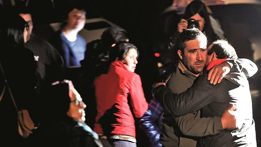 Familiares estiveram ontem junto à fábrica de pirotecnia e choraram a morte das vítimas da explosão