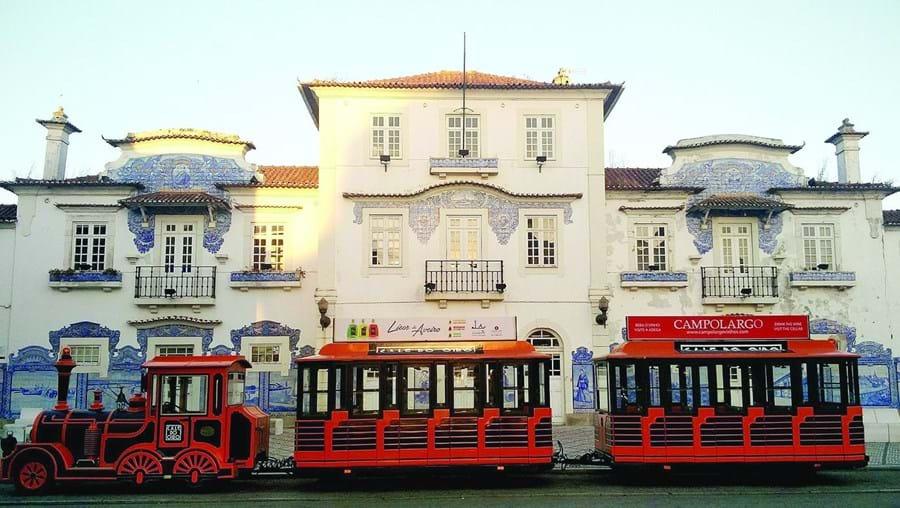 O comboio turístico bloqueia visibilidade para o edifício da antiga estação de Aveiro