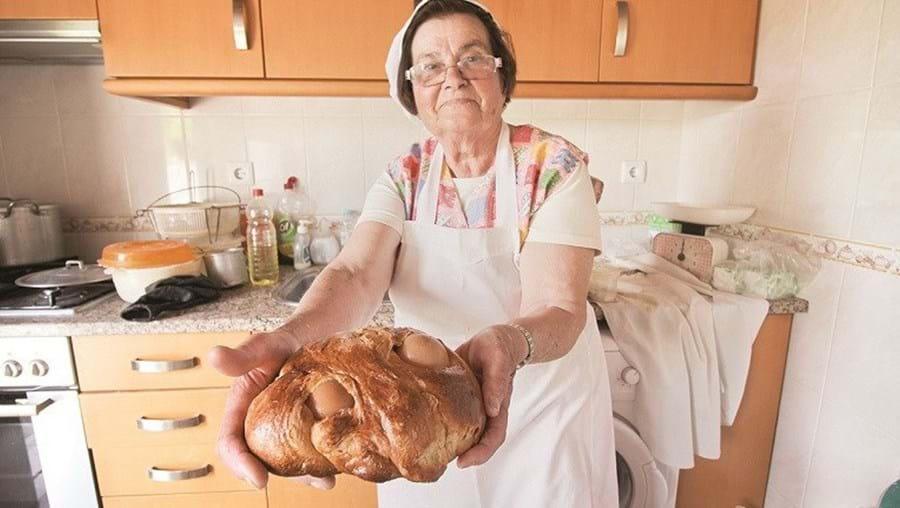 Maria Francisca Vieira faz os folares em casa e é uma das doceiras presentes na Feira do Folar de Barão de São João