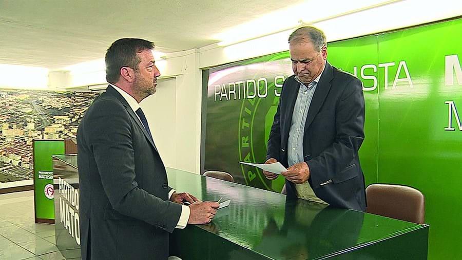 António Parada, à esquerda, entregou o seu cartão de militante do PS e mostra-se disponível para avançar