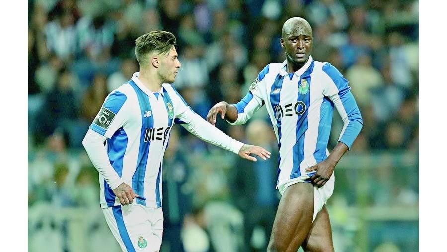Danilo (à direita) está em dúvida para o jogo com o Desportivo de Chaves