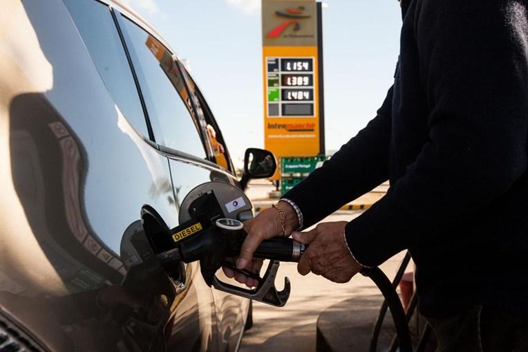 Homem coloca combustível