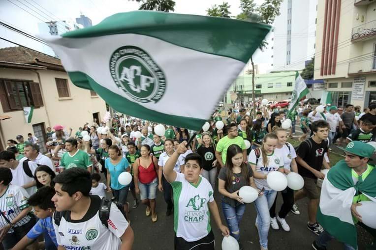 Adeptos da Chapecoense saíram à rua para festejar o regresso da equipa aos jogos internacionais