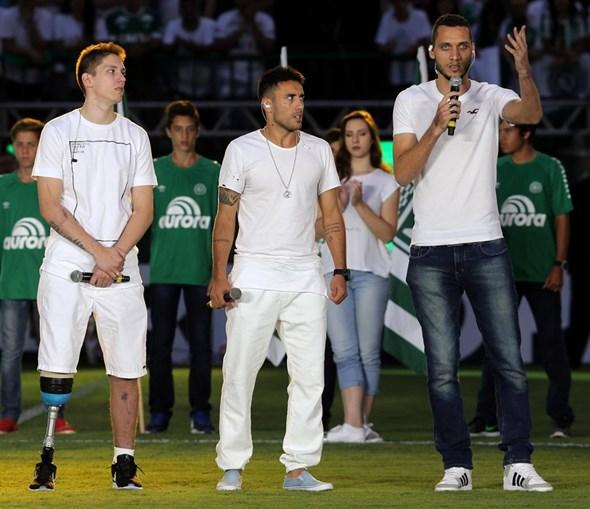 Neto, Jackson e Alan Rusche, sobrevivente do acidente na Colômbia, foram homenageados