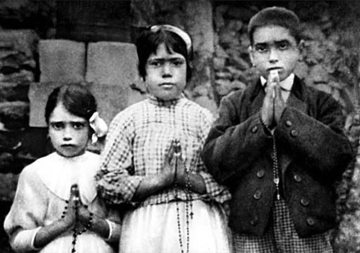 Os videntes Jacinta (à esq.), Lúcia e Francisco, em 1917