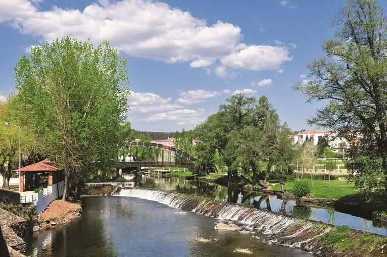 Parque da Carvalha, nas margens do rio que atravessa a localidade