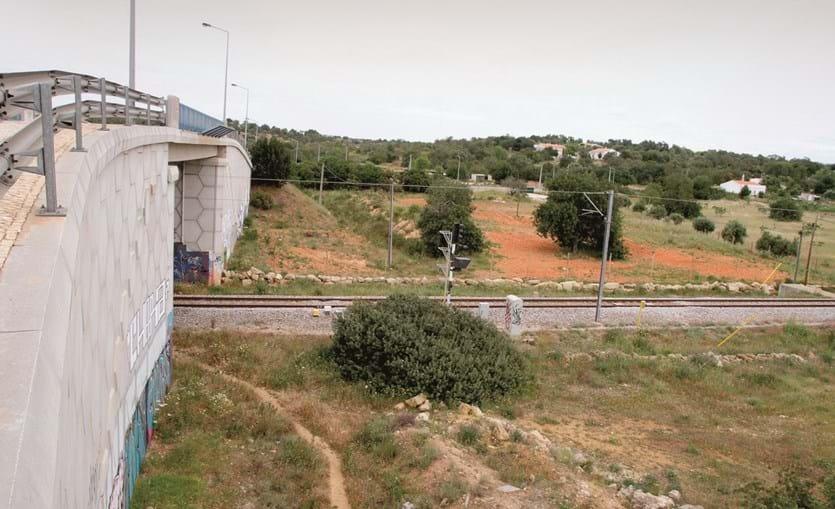Vítima foi encontrada a gritar com vários ferimentos no meio da linha do comboio, na zona de Vale Serves, em Ferreiras, depois de ter saltado de um viaduto