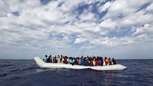 Grupo de 51 migrantes resgatado ao largo da ilha italiana de Lampedusa