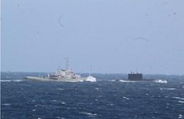 O submarino russo e o barco da Marinha portuguesa