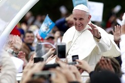 Francisco foi recebido em Fátima por uma multidão entusiasmada