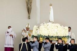 O momento em que o papa se despede da Virgem