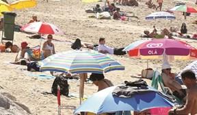 Temperaturas na ordem dos 30 graus vão levar milhares às praias
