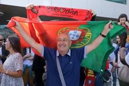Muitos fãs fizeram questão de receber o artista no aeroporto, erguendo a bandeira portuguesa