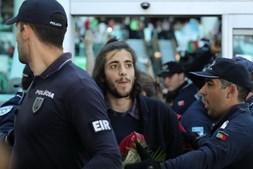 Salvador rodeado por agentes da polícia