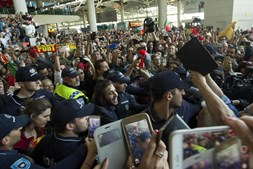 Salvador e Luísa Sobral passam no meio dos fãs