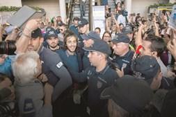 Vários agentes rodearam Salvador Sobral à chegada ao Aeroporto Humberto Delgado, em Lisboa. O cantor foi recebido entusiasticamente por uma multidão que gritava o seu nome e agitava bandeiras