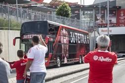 Autocarro do Benfica sai do Estádio da Luz em direção aos Paços do Concelho