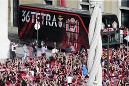 Autocarro do Benfica chega aos Paços do Concelho de Lisboa
