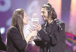 Luísa e Salvador Sobral seguram o troféu da vitória no Festival da Eurovisão 2017