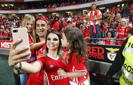 Nos festejos do  'tetra', Jonas foi fotografado com a filha de Susana Torres, Rita, ao colo. Mentora estava mais atrás nas bancadas