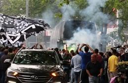 Autocarro do V. Guimarães demorou vários minutos a passar entre a multidão de adeptos