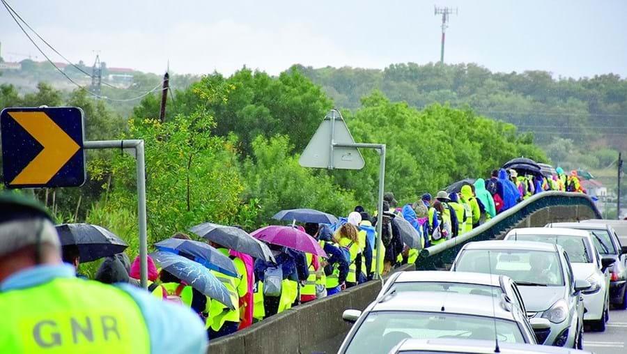GNR a garantir a segurança do grupo de peregrinos de Aveiras de Cima
