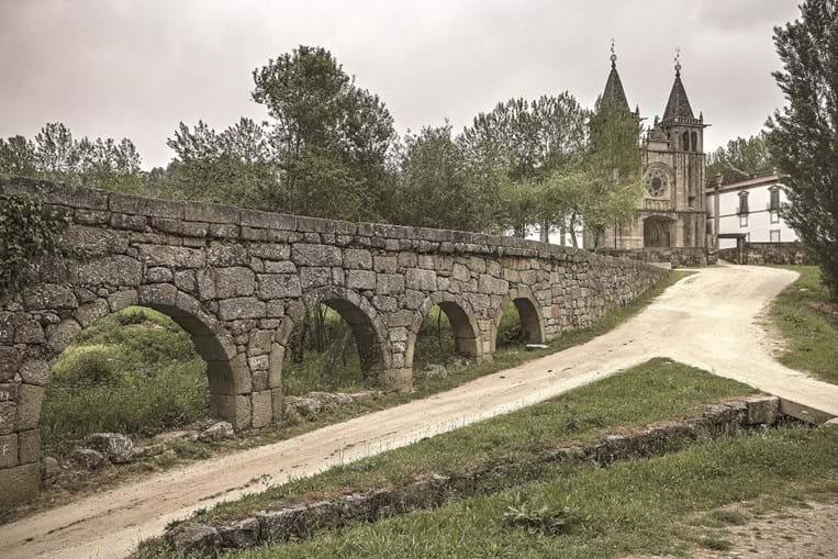 Exterior do Mosteiro de pombeiro e Ponte Romana do Arco