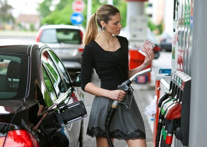 Mulher coloca combustível