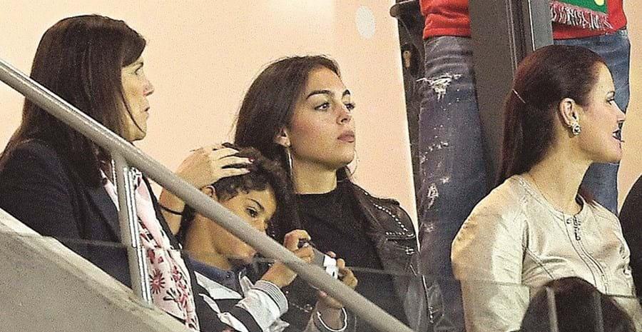 Georgina costuma assistir aos jogos de Ronaldo com Dolores e Cristianinho
