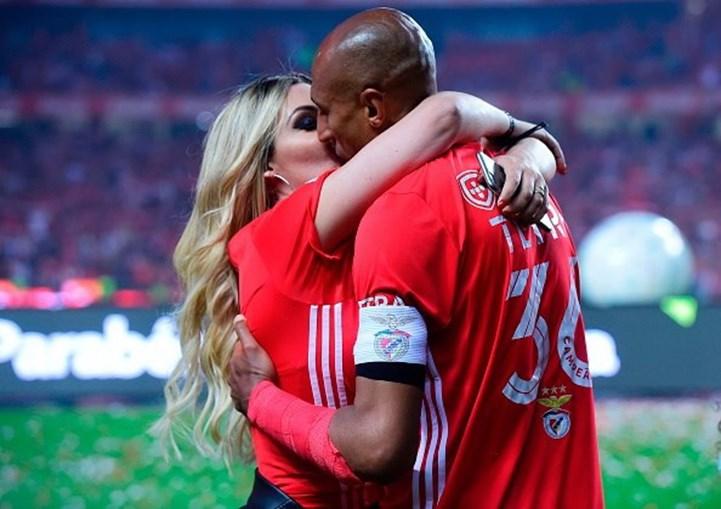 Luisão celebra vitória com a mulher