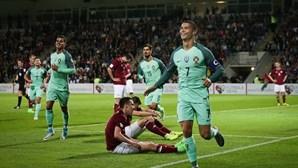 Ronaldo carrega seleção