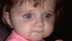 Mãe adolescente deixa filhas morrer no carro para ir a festa