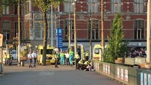 Carro atropela várias pessoas e faz oito feridos em Amesterdão