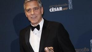 George Clooney sofre acidente de mota