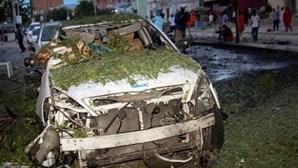 Carro-bomba explode em restaurante na Somália e faz dez mortos