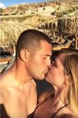 Júlio César dá um beijo à mulher