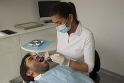 O acompanhamento especializado por um médico dentista deve ser feito regularmente. A prevenção e a deteção precoce de problemas na cavidade oral ajudam a impedir complicações no futuro