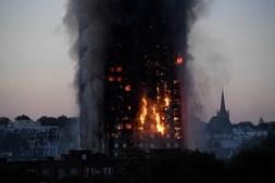 Torre residencial arde em Londres