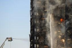 Trabalhos de extinção do fogo no edifício Grenfell, em Londres, duraram toda a noite e toda a manhã
