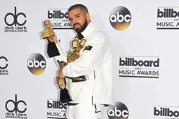 Drake usa dinheiro investido em vídeo para ajudar pessoas carenciadas em Miami