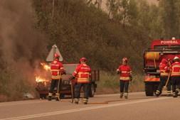 Mais de 100 bombeiros estão a combater as chamas